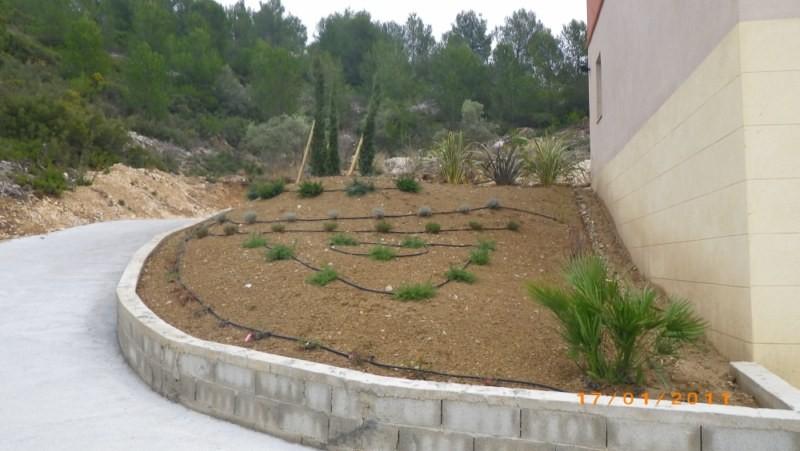 Cr ation d 39 un massif pour un particulier sur bouc bel air paysagiste aix en provence for Amenager son jardin en provence
